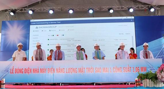 Lãnh đạo Sao Mai Group và lãnh đạo Koyo Group cùng lãnh đạo các tỉnh An Giang, Đồng Tháp, Ninh Thuận thực hiện nghi thức đấu nối điện NLMT vào hệ thống điện lưới quốc gia.