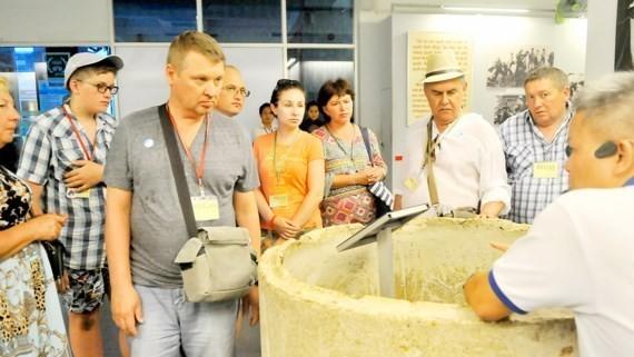 Du khách tham quan Bảo tàng Chứng tích chiến tranh. Ảnh: THÀNH TRÍ