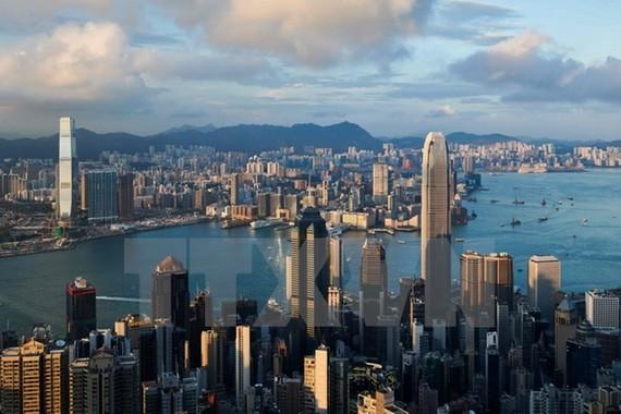 Tòa nhà chọc trời The Centre (giữa) tại Hong Kong, Trung Quốc. (Ảnh: AFP/TTXVN)