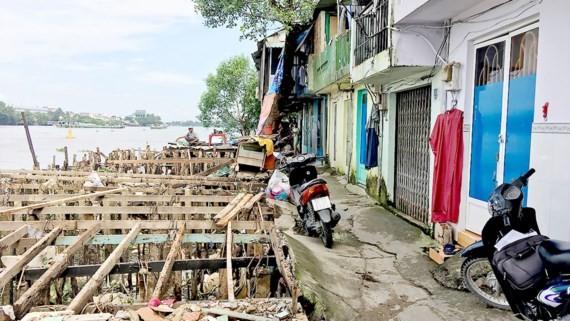 Những căn nhà nằm trên bờ sông đang sạt lở ở khu phố 1, phường Hiệp Bình Chánh, quận Thủ Đức