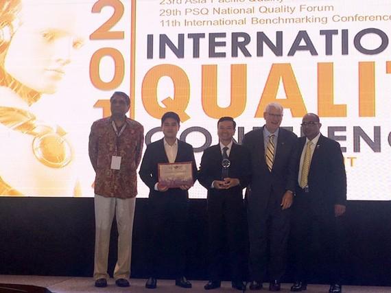 Ông Nguyễn Thanh Trung, Chủ tịch HĐQT kiêm Tổng giám đốc Tôn Đông Á (giữa), nhận thưởng giải vàng châu Á-Thái Bình Dương.