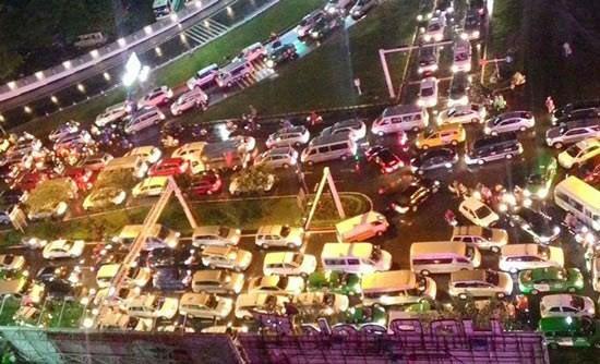 Cửa ngõ sân bay Tân Sơn Nhất bị ùn tắc do có một lượng lớn xe cộ từ khu vực xung quanh đi qua trục chính đường Trường Sơn