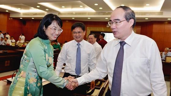 Bí thư Thành uỷ TPHCM Nguyễn Thiện Nhân trao đổi cùng các đại biểu tại Hội nghị Thành uỷ. Ảnh:VIỆT DŨNG