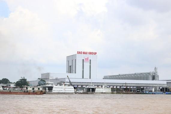Sao Mai Super Feed nhìn từ ngã ba sông Hậu.