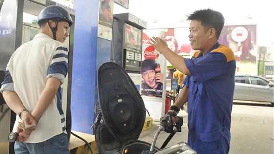 Đổ xăng E5 tại cây xăng Petrolimex trên đường Trần Hưng Đạo, quận 1. Ảnh: CAO THĂNG