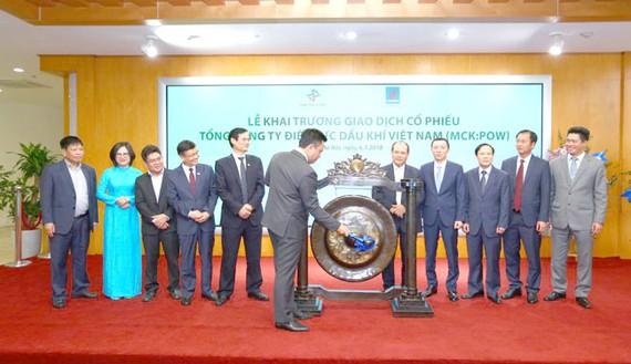Ông Nguyễn Xuân Hòa, Tổng Giám đốc PV Power thực hiện nghi thức đánh cồng, chính thức khai trương giao dịch cổ phiếu POW trên UPCoM.