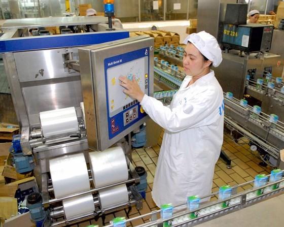 Dây chuyền sản xuất sữa tự động tại Vinamilk. Ảnh: CAO THĂNG