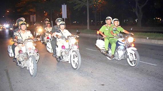 CSGT, cơ động và 113 phối hợp tuần tra đêm trên đường Nguyễn Văn Linh, quận 7
