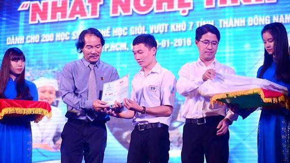 Ông Lê Quốc Phong trao học bổng tặng học sinh, sinh viên