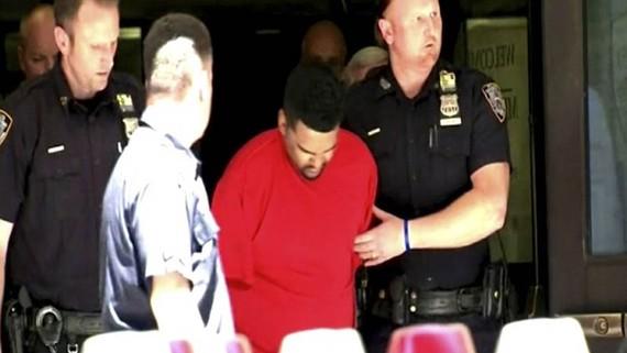 Cảnh sát áp giải Richard Rojas, nghi phạm lao xe vào người đi bộ trên Quảng trường Thời đại ở New York, Mỹ, ngày 18-5-2017. Ảnh: WABC Eyewitness News