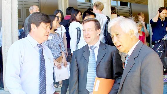 Giáo sư Trần Thanh Vân và ông Bertrand Lortholary - Đại sứ Cộng hòa Pháp tại Việt Nam trước giờ khai mạc