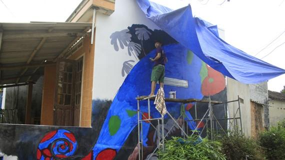 Những bức tranh Gành Yến, thôn Thanh Thủy, xã Bình Hải, đang dần hoàn thiện.