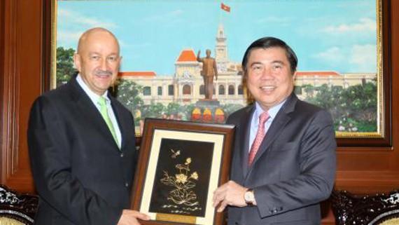 Đồng chí Nguyễn Thành Phong tặng quà ông Carlos Salinas de Gortari. Ảnh: Thanh Vũ