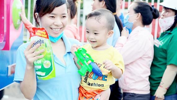 Người dân nhận quà từ hành trình xuyên Việt của chuyến xe Co.opmart