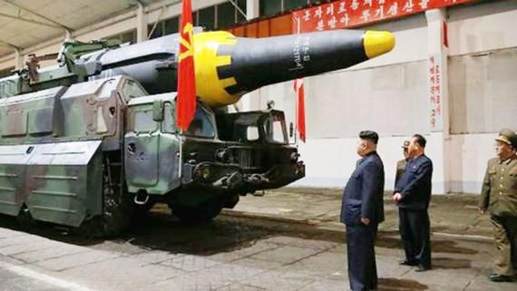 Lãnh đạo CHDCND Triều Tiên Kim Jong-un kiểm tra tên lửa đạn đạo. Ảnh do KCNA công bố