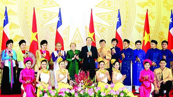 Chủ tịch nước Trần Đại Quang và Tổng thống Chile Michelle Bachelet Jeria, cùng các nghệ sĩ biểu diễn ca múa nhạc chào mừng