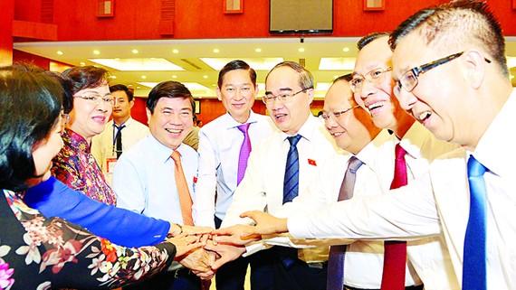 Bí thư Thành ủy TPHCM Nguyễn Thiện Nhân cùng các đồng chí lãnh đạo TPHCM  tại phiên bế mạc                                                                                  Ảnh: VIỆT DŨNG