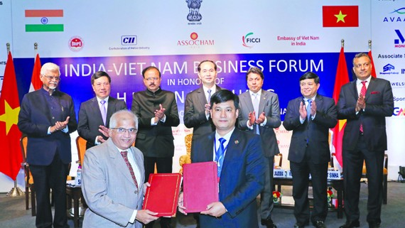 Chủ tịch nước Trần Đại Quang chứng kiến việc trao đổi các văn kiện hợp tác giữa doanh nghiệp Việt Nam và Ấn Độ