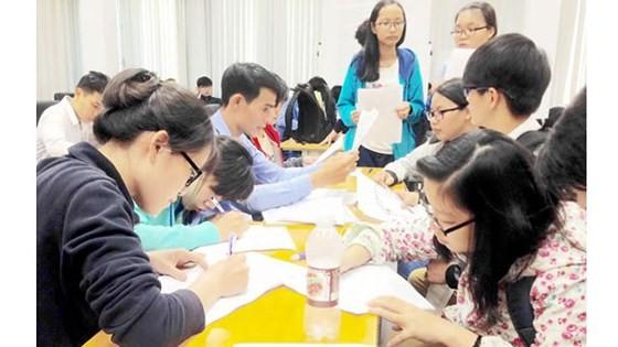 Thí sinh nộp hồ sơ đăng ký dự thi ở Cơ quan đại diện Bộ GD-ĐT tại TPHCM. Ảnh tư liệu