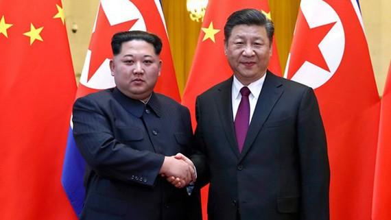 Chủ tịch Trung Quốc Tập Cận Bình (phải) trong cuộc gặp với nhà lãnh đạo Triều Tiên Kim Jong-un. Ảnh: New York Times
