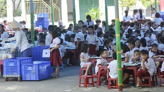 Học sinh một trường tiểu học ăn trưa. Ảnh: CAO THĂNG