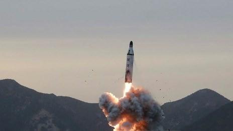 Tên lửa đạn đạo được phóng lên từ tàu ngầm tại một vị trí bí mật ở Triều Tiên. (Ảnh: EPA/TTXVN)