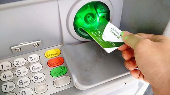 Các ngân hàng cần lắp đặt phần mềm và thiết bị Anti - Skimming tại các máy ATM để bảo vệ khách hàng