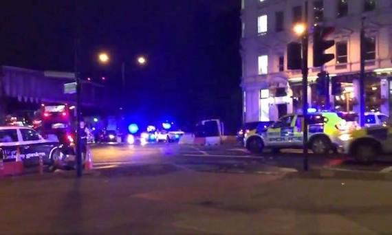 Cảnh sát phong tỏa hiện trường vụ đâm xe. Ảnh: theguardian.com