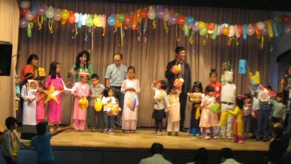 Cộng đồng người Việt bang Baden-Württemberg tổ chức tết thiếu nhi cho các cháu gốc Việt. Ảnh: Minh Thuật
