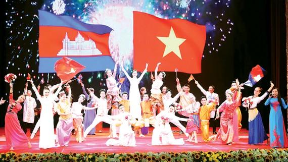 Biểu diễn văn nghệ tại lễ kỷ niệm 50 năm Ngày thiết lập quan hệ ngoại giao  Việt Nam - Campuchia