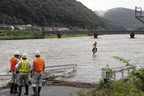 Một con đường bị ngập tại tỉnh Hiroshima. Ảnh: KYODO
