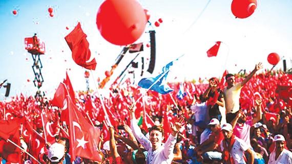Người dân Thổ Nhĩ Kỳ diễu hành tại Istanbul ủng hộ Tổng thống T.Erdogan
