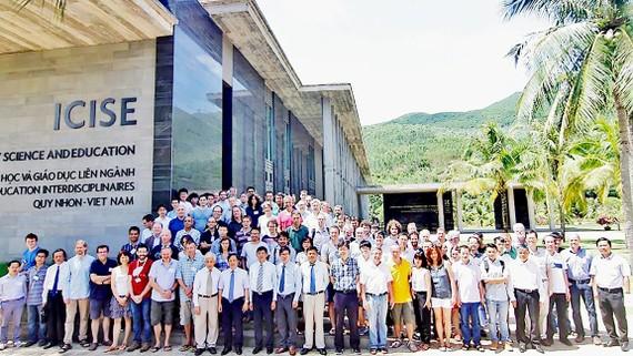 Các nhà khoa học đến từ 25 nước và vùng lãnh thổ trên thế giới cùng chụp hình lưu niệm tại Trung tâm ICISE