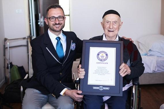 Marco Frigatti đại diện Tổ chức Kỷ lục Thế giới Guinness trao chứng nhận Người đàn ông sống lâu nhất thế giới cho Yisrael Kristal, ngày 11-3-2016. Ảnh: EPA