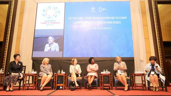Bà Stacey Valy Panayioutou, Giám đốc Phát triển Nhân sự Toàn cầu của Công ty Coca-Cola (thứ hai từ phải qua) trong phiên thảo luận