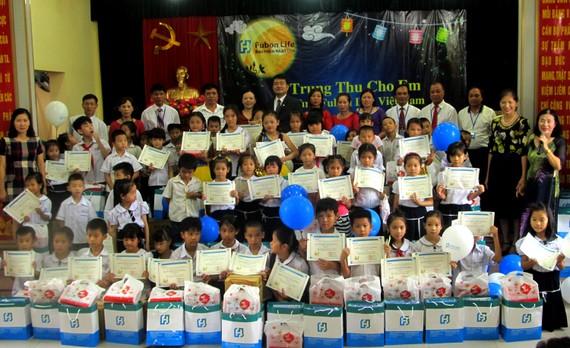 Đại diện công ty  Fubon Life Việt Nam trao quà cho các em có hoàn cảnh khó khăn