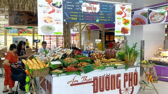 khu ẩm thực đường phố tại siêu thị Big C                     Ảnh: VIÊN VIÊN