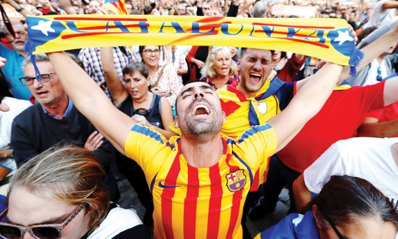 Phản ứng của người dân Catalonia sau khi nghị viện khu vực tuyên bố độc lập