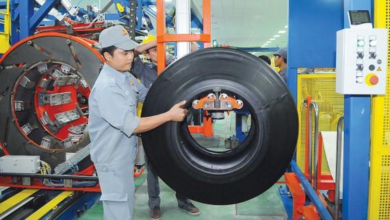 Sản xuất vỏ ô tô xuất khẩu tại Casumina Ảnh: CAO THĂNG