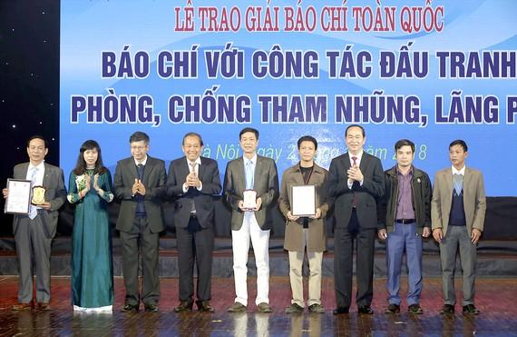 Chủ tịch nước Trần Đại Quang đến dự và trao giải  cho các tác giả     Ảnh:TTXVN