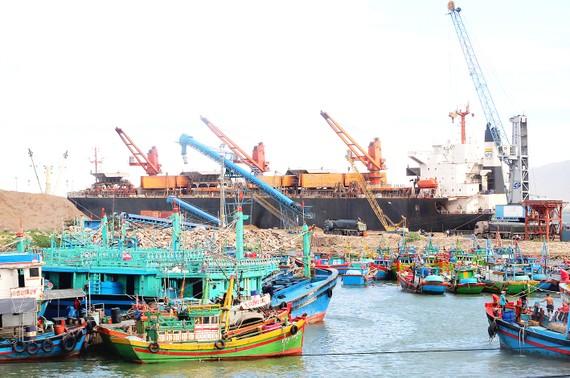 """Cảng hàng """"nuốt"""" cảng cá"""