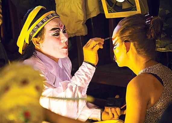 Các nghệ sĩ vẽ mặt, hóa trang trước khi buổi diễn bắt đầu. Tùy theo vai diễn, khuôn mặt có khi phải mất hơn 1 giờ để vẽ Ảnh: Dương Rkudo