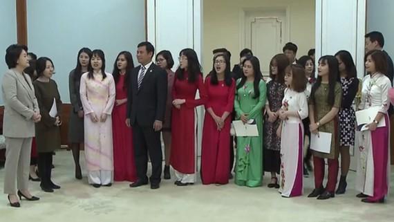 Phu nhân Tổng thống Hàn Quốc gặp sinh viên Việt Nam