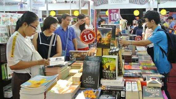 Sách giảm giá thu hút rất đông người mua