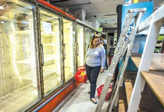 Những giá hàng trống trơn trong siêu thị là cảnh thường thấy ở Venezuela.