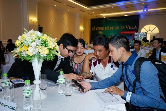 Khách hàng tìm hiểu dự án D-Vela của DRH.