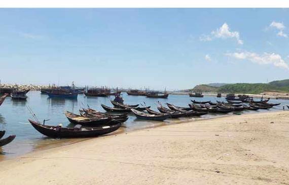 Sau sự cố môi trường biển do Formosa Hà Tĩnh gây ra, nhiều tàu thuyền của ngư dân xã Kỳ Lợi, thị xã Kỳ Anh, tỉnh Hà Tĩnh phải nằm bờ