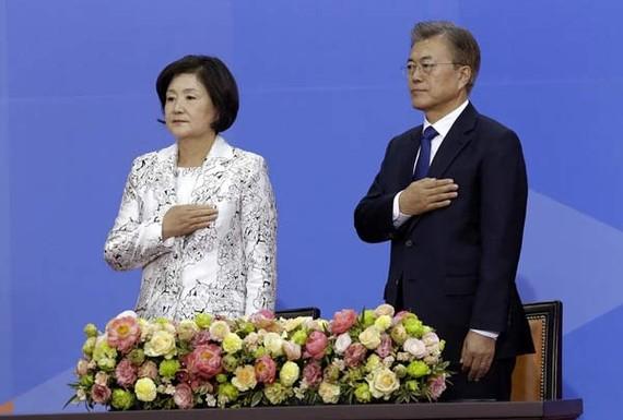 Tân Tổng thống Moon Jae-in và vợ, Kim Jung-suk, chào cờ trong lễ nhậm chức tại Quốc hội Hàn Quốc ở Seoul, ngày 10-5-2017. Ảnh: AP