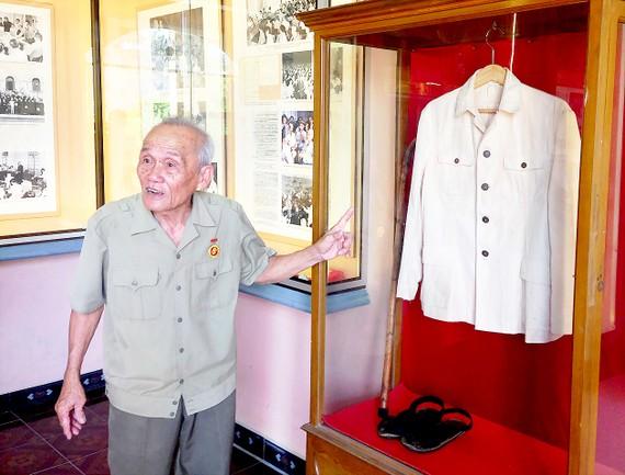 Ông Bùi Xuân Phước giới thiệu về một kỷ vật của Bác Hồ  mà ông dày công sưu tầm được