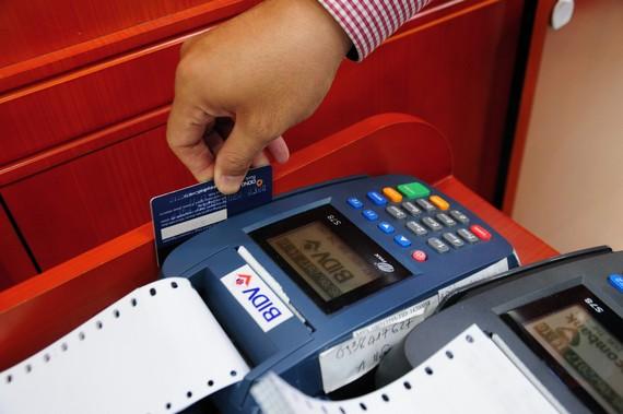 Người dân quen dần với việc thanh toán bằng thẻ ATM